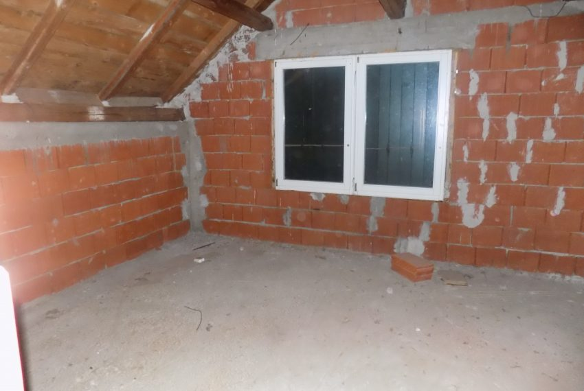 Casa in rosu iintrare Santandrei (3)